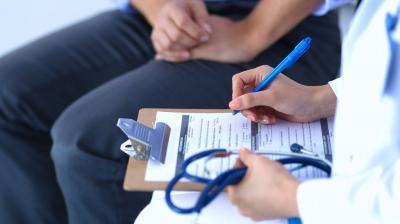 Paciente consultando a un médico